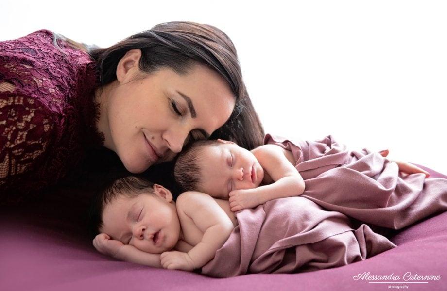 La tenerezza delle gemelle | Servizi fotografici maternity e newborn a Roma